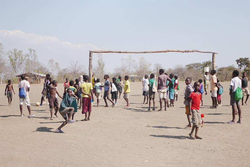 Nichts als Staub – sinnvoller Unterricht im Freien kann hier nur in Form von Fußball stattfinden.