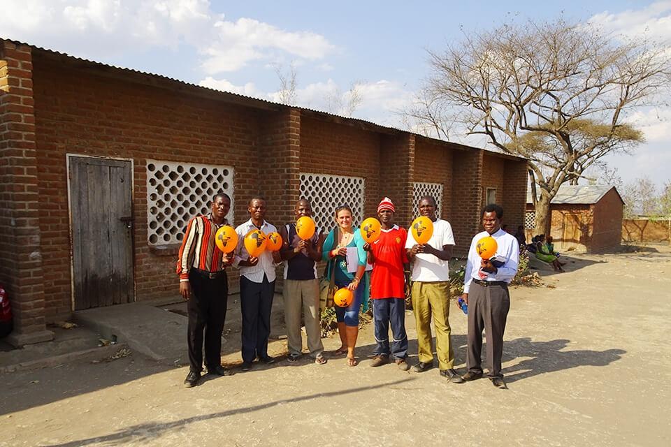 Beatrice von Keyserlingk mit Lehrern der Muonekera-Grundschule in Malawi